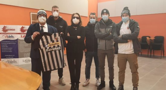 I tifosi consegnano la donazione alla presidente Gigliola Chiappini e mostrano la maglia dell'Ascoli Calcio