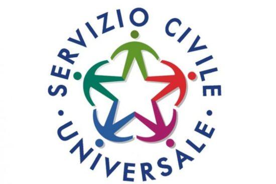 Il logo del servizio civile universale con la scritta intorno a una stella a cinque punte composta dalle gambe di altrettanti omini stilizzati che si tengono per mano. Ogni omino un colore: rosso, viola, azzurro, verde scuro e verde oliva.